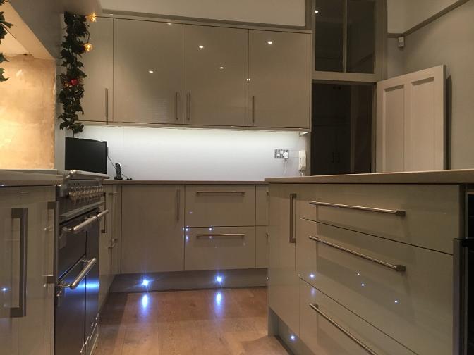 Kew kitchen install. Howdens kitchen.